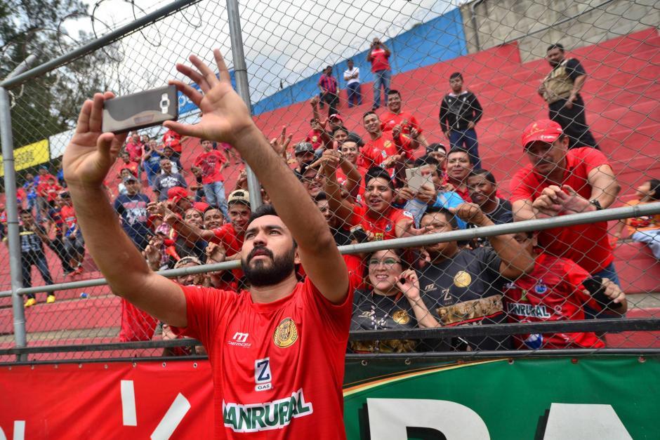 Carlos Kamiani Félix se toma un selfi con los rojos en la prefencia del Trébol. (Foto: Wilder López/Soy502)
