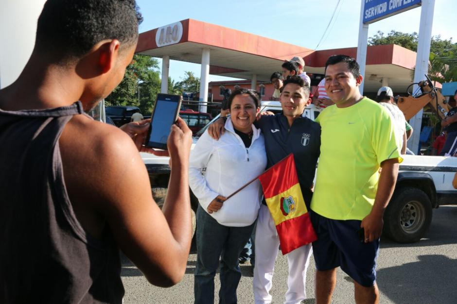 """Hubo tiempo para las fotos y para compartir con los vecinos de """"Colís"""". (Foto: Muni Mataquescuintla)"""