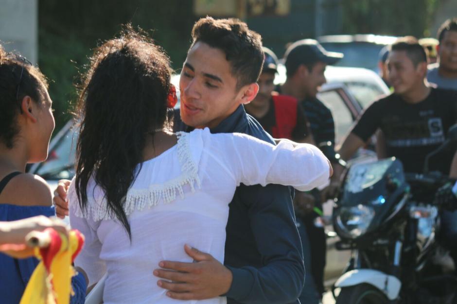 No faltaron los abrazos y los buenos deseos para Pineda. (Foto: Muni Mataquescuintla)