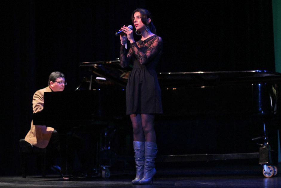 La actriz y cantante Andrea Ayala participó junto al bajista Édgar Bran y el pianista Roberto Estrada.