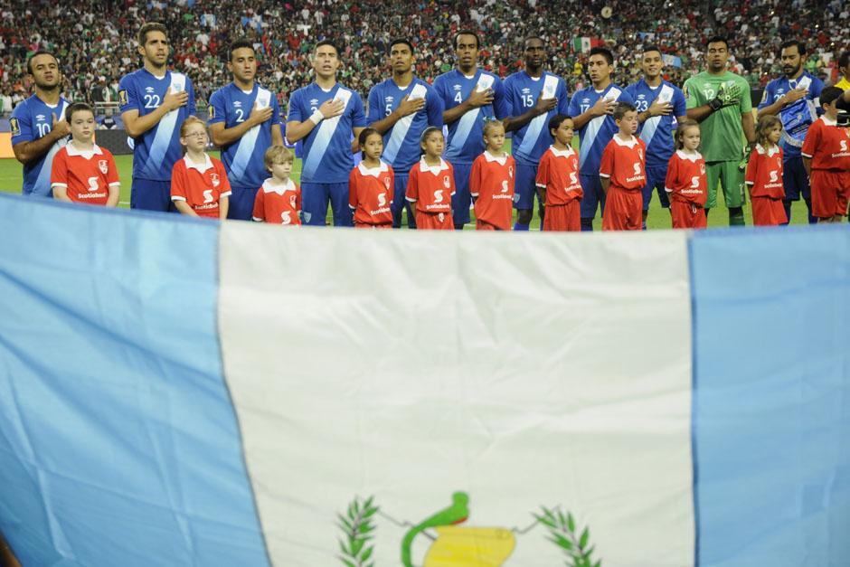 Los guatemaltecos entonando el himno nacional