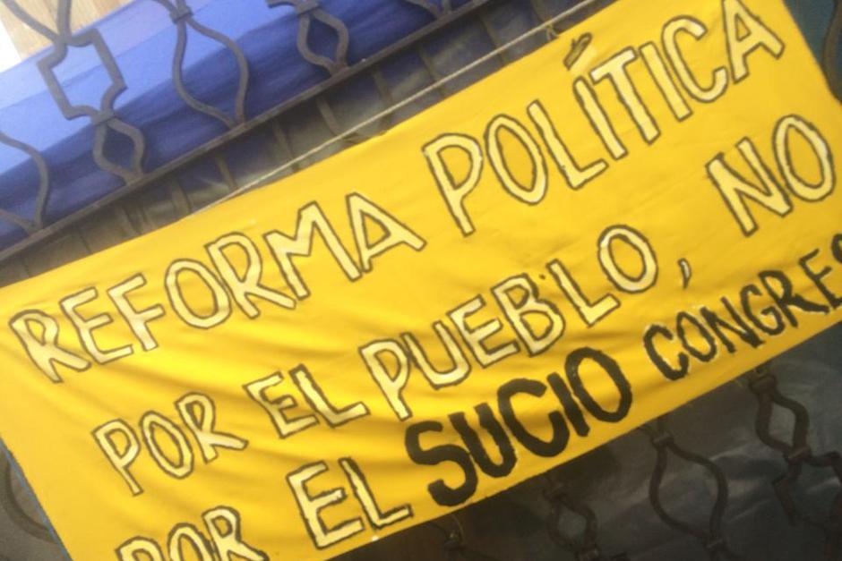La mayoría de consignas de la manifestación 15A iban encausadas a poner en tela de juicio las últimas decisiones del Congreso. (Foto: Luis Barrios/Soy502)