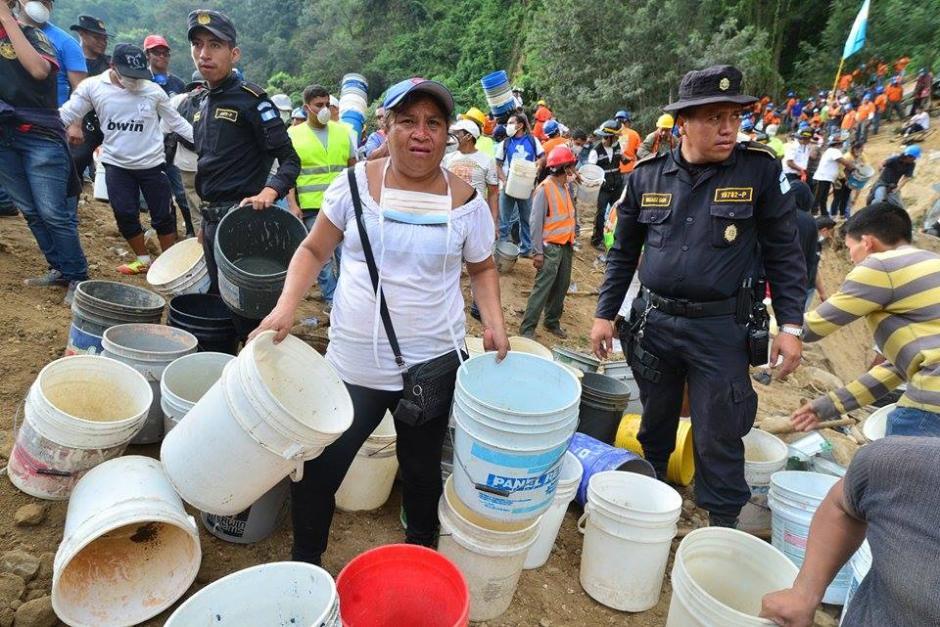 Voluntarios llevaron sus propias herramientas para ayudar a sacar tierra del lugar de la tragedia.(Foto: Soy502/Wilder López)