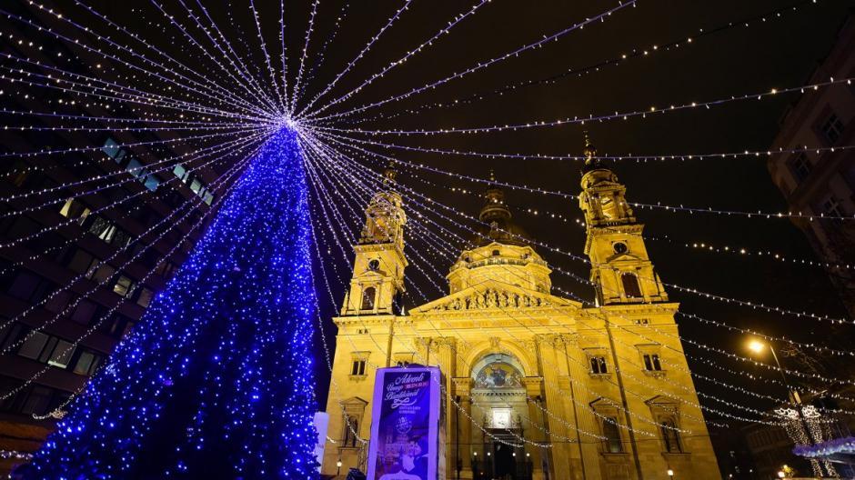 Frente a la basílica St. Stephan en Budapest, fue instalado este árbol junto a una hermosa decoración. (Foto: AFP)
