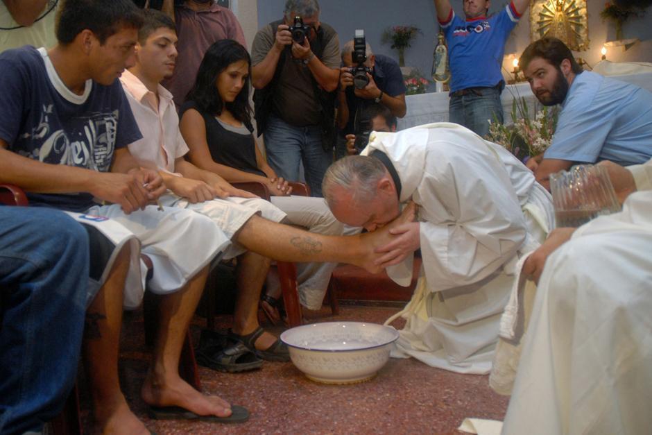 El sumo pontífice del Vaticano lavó y besó los pies de jóvenes reclusos duranta la misa de la Cena del Jueves Santo en Italia. (Foto. Agencia Sic)