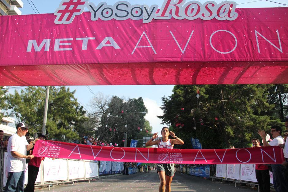 La primera en llegar a la meta fue Marisol Bolaños; quién se llevó el primer lugar en los 5 kilómetros libres. En los 10 kilómetros, la ganadora, por 10 años consecutivos fue Merlín Chalí. (Foto: Alexis Batres/Soy502)