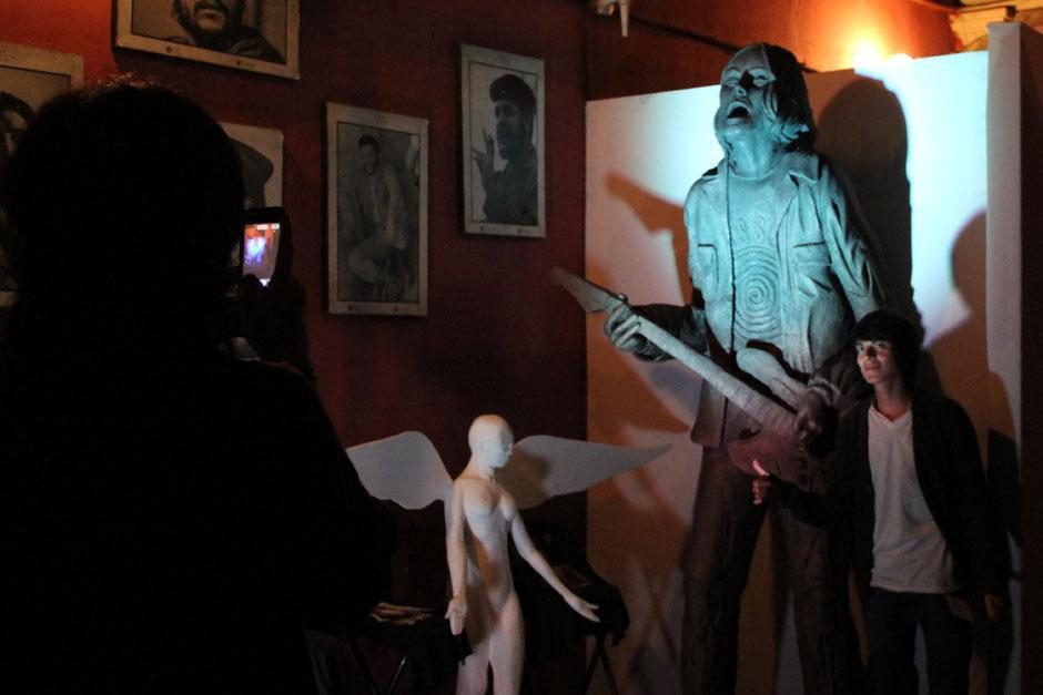 El público se fotografió junto a las estatuas que adornaban el ingreso. (Foto: Alexis Batres/Soy502)