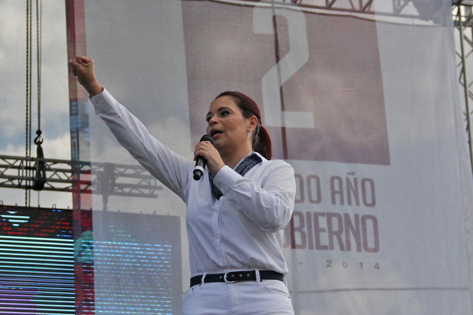 En el discurso de la vicepresidenta Roxana Baldetti sobresalió un tinte proselitista elevando el puño al aire, símbolo del PP.(Foto: Alexis Batres/Soy502)
