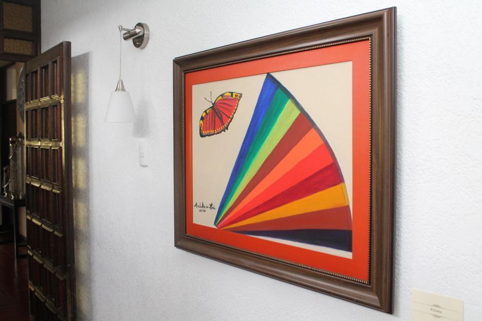 Un prisma y una mariposa: otra obra en la exhibición personal que la Registradora realizó en un restaurante. (Foto: Facebook de Anabella de León).