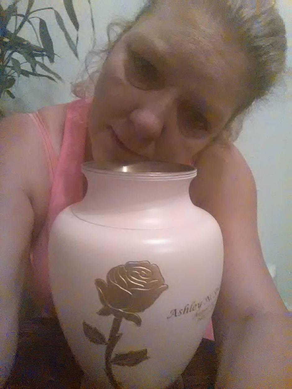 Tina Louden, madre de Ashley, se tomó una fotografía con la urna de las cenizas de su hija. (Foto: Facebook Tina Louden)