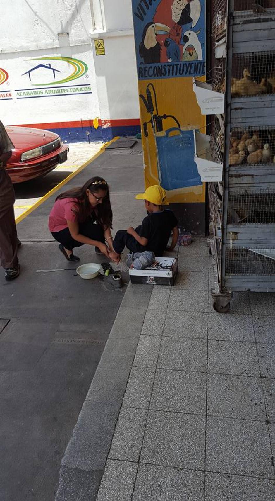 Los visitantes de la veterinaria quedaron sorprendidos por el ejemplo que les mostró la empleada de ese lugar. (Foto: Jhon Monsalve)