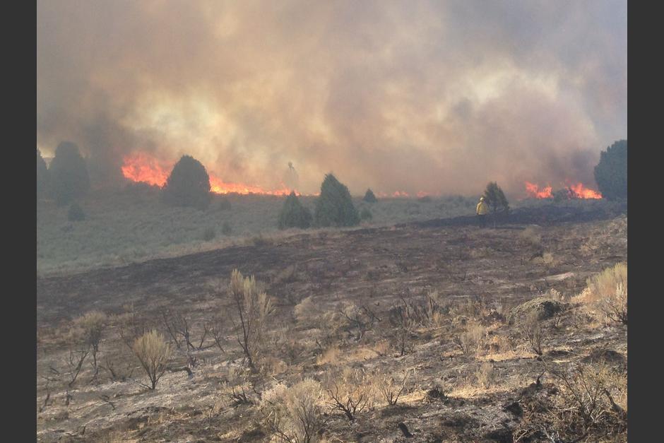 La imagen compartida en Facebook muestra un fantasma en medio de un incendio. (Foto: Jeanette Caldwell Empey/Facebook)