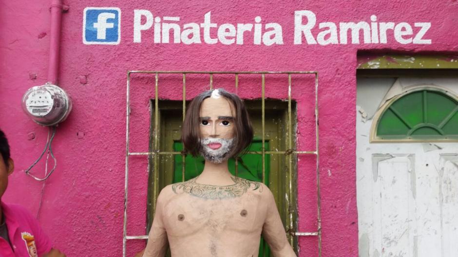 La obra cuenta con las raíces blancas en el cabello del afamado cantante. (Foto: Facebook Piñatería Ramírez)