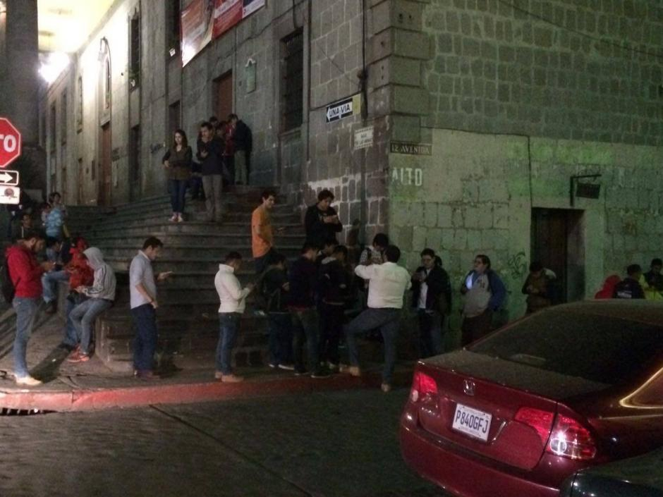 Los jugadores llegaron a los alrededores de la Casa de la Cultura de Quetzaltenango con la esperanza de capturar a este extraño pokémon. (Foto: Stereo 100 Xela)