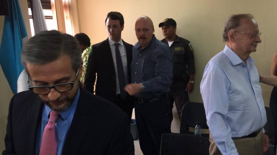 Rodrigo Banús luego de escuchar el fallo del juez suplente que suspendió la persecución penal en su contra. (Foto: Jesús Alfonso/Soy502)