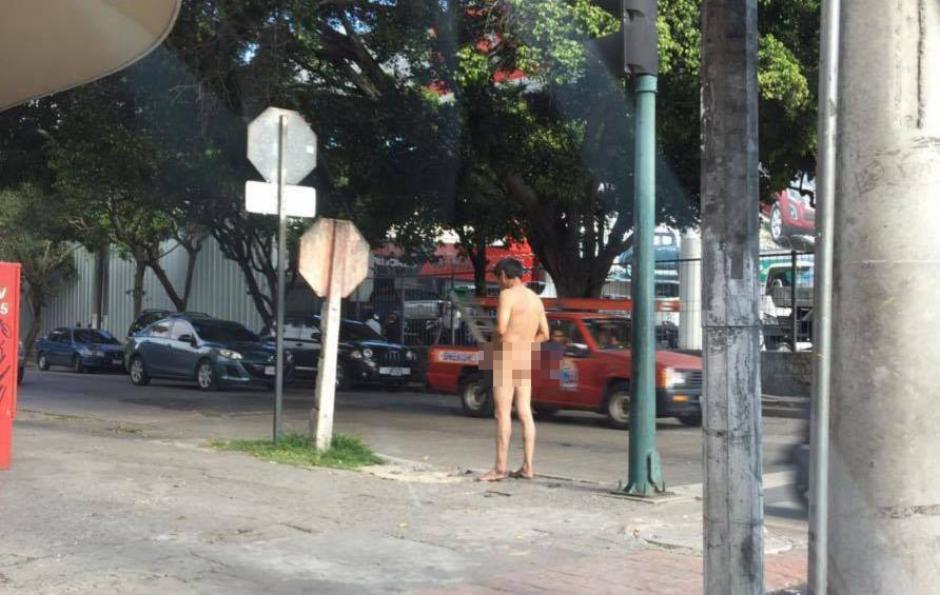 Es la segunda vez que se observa al hombre caminar sin ropa en la zona 9. (Foto: Luis Assardo/Amilcar Montejo)