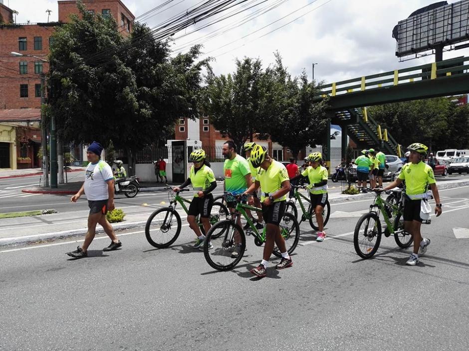 Ariel Rodríguez es escoltado por personal de la Municipalidad en los últimos kilómetros de recorrido de la carrera 21K. (Foto: Soy402)
