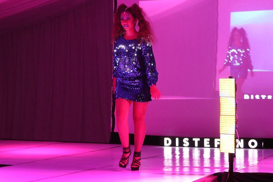 Este vestido atrajo la atención por su elegancia y el juego de luces led. (Foto: Alejandro Balán/Soy502)