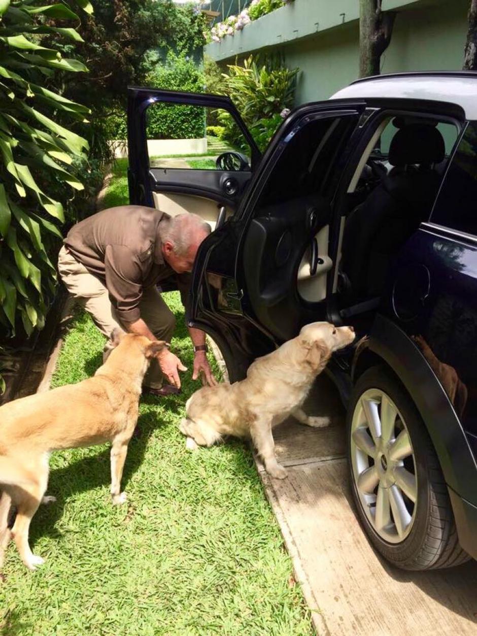 Arzú cuida de sus mascotas con mucho cariño y dedicación. (Foto: Álvaro Arzú)
