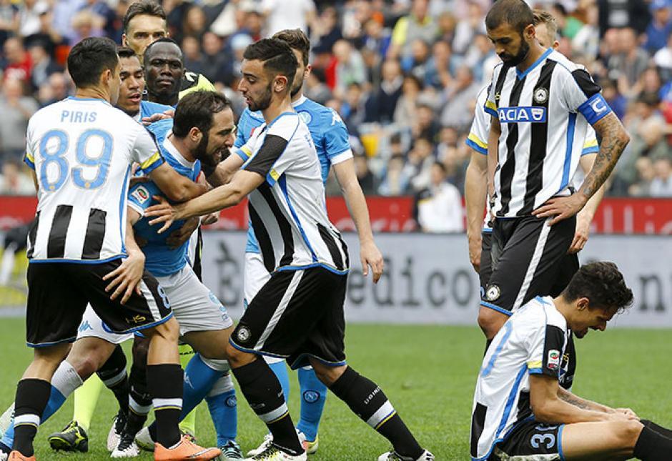 Varios jugadores de ambos equipos lucharon para contener a Higuaín.  (Foto: Adrenalina)