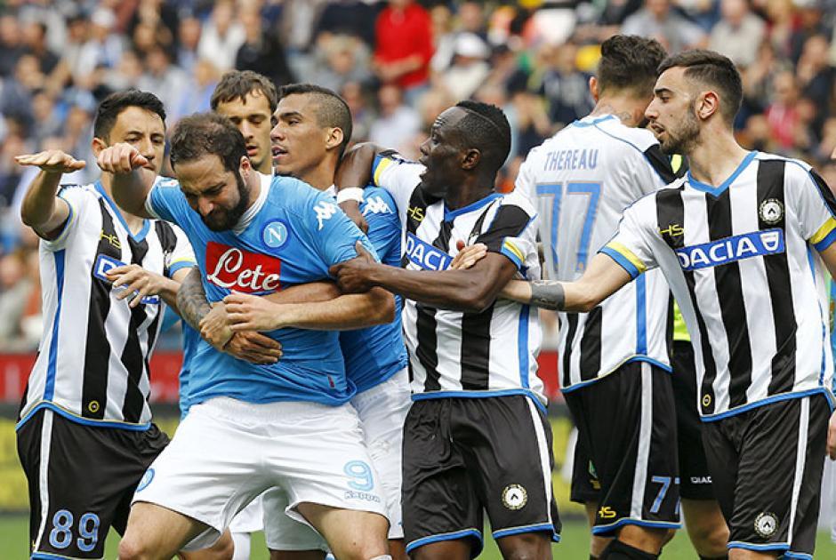 A empujones y muy molesto salió Gonzalo Higuaín.  (Foto: Adrenalina)