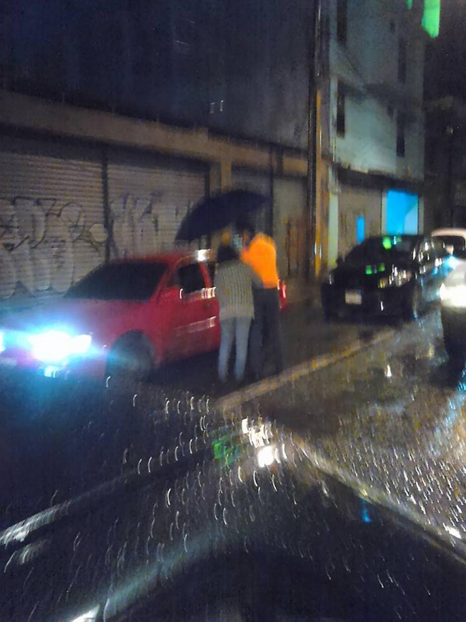 Una madre junto a su hijo repartieron café y un pan con jamón a quienes estaban en el tráfico. (Foto: Facebook, Olguier Arnulfo Hernández)