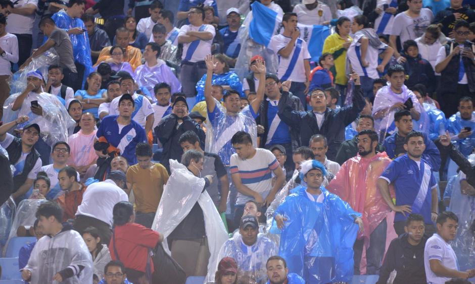 La afición fiel a su selección acompañó a la Selección Nacional hasta el último minuto. (Foto: Wilder López/Soy502)
