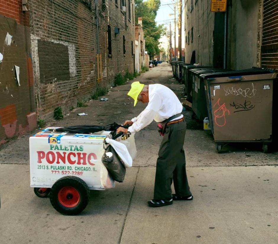 Don Fidencio Sánchez vende paletas de helado en la Villita en Chicago. (Foto: Captura de video)