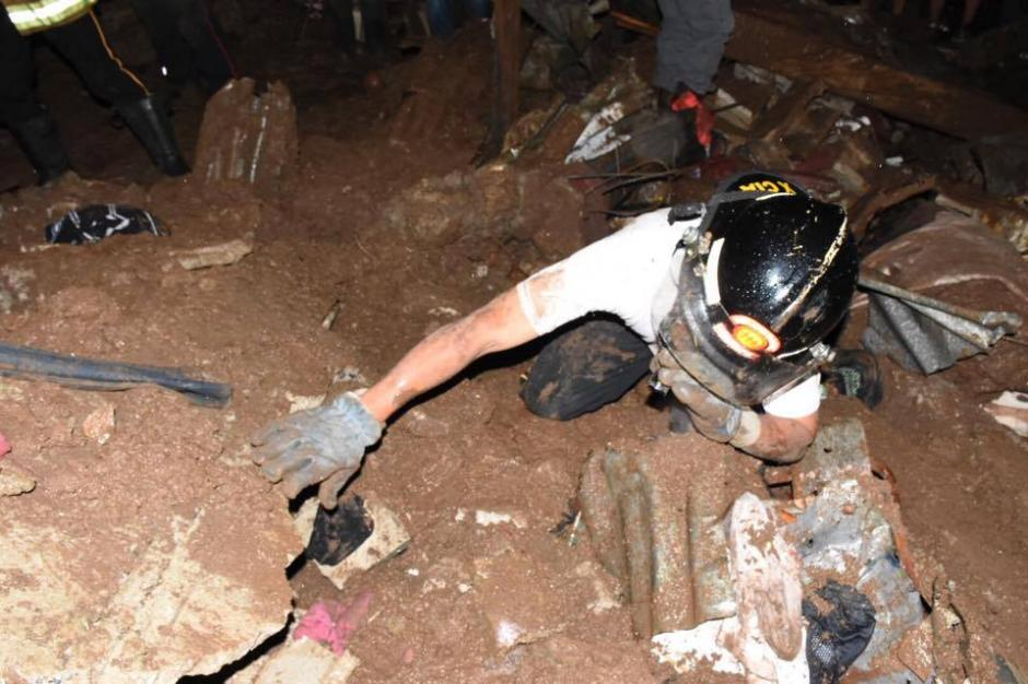 Al menos ocho viviendas quedaron soterradas en el sector 23 de la colonia Santa Isabel II, zona 3 de Villa Nueva. (Foto: Nuestro Diario)