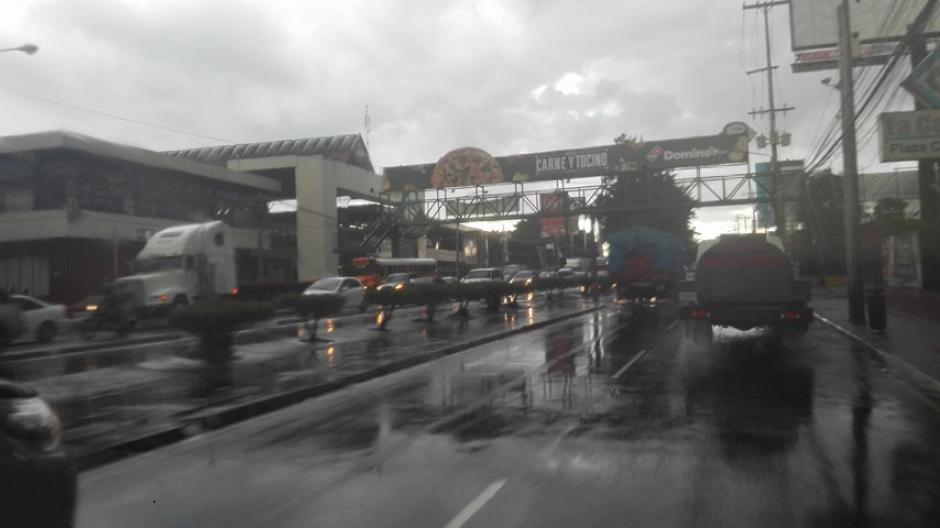 La calzada Aguilar Batres se vio afectada por las lluvias. (Foto: Marcia Zavala/Soy502)