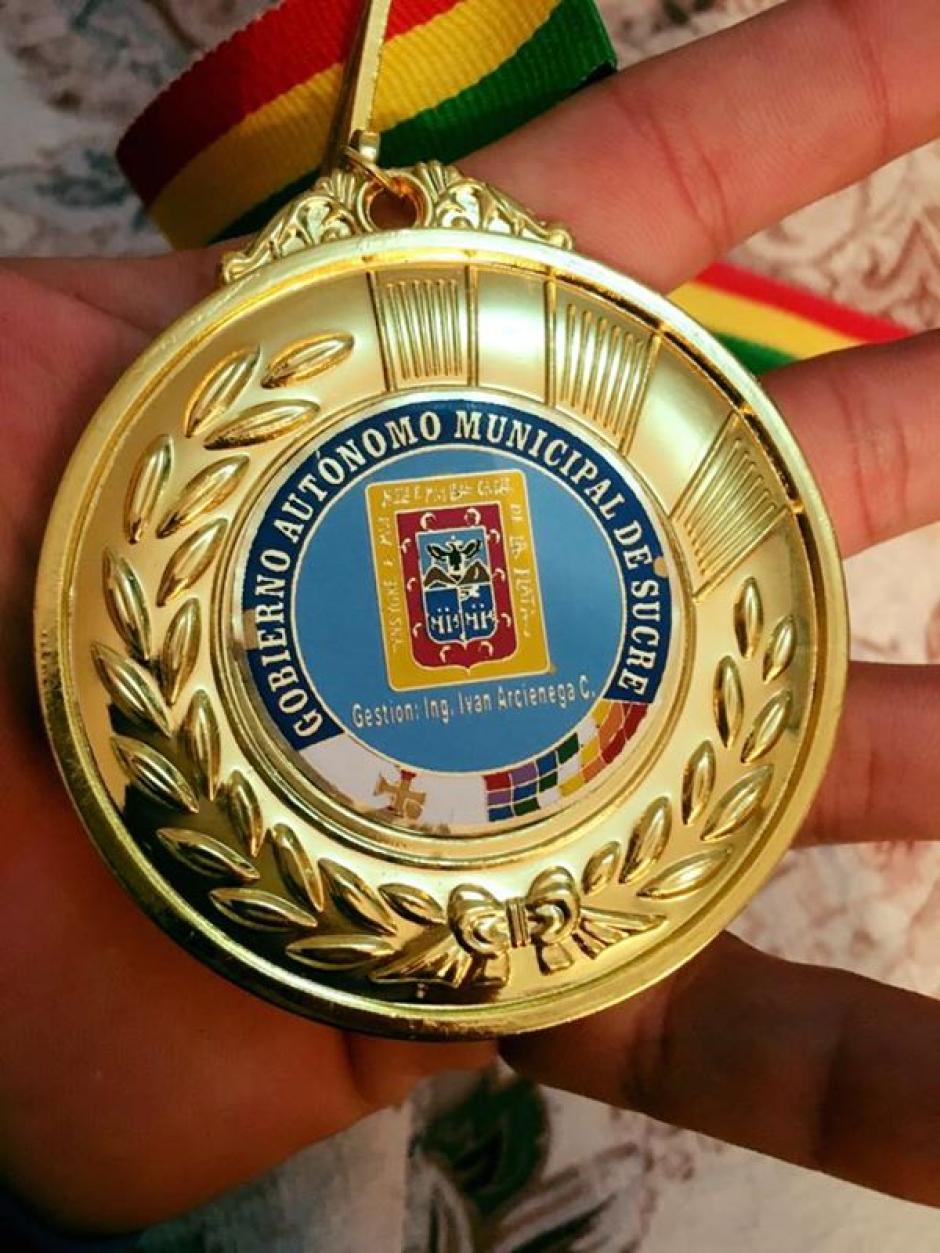 Esta es la medalla de oro que mostró Vega en sus redes sociales. (Foto: COG)