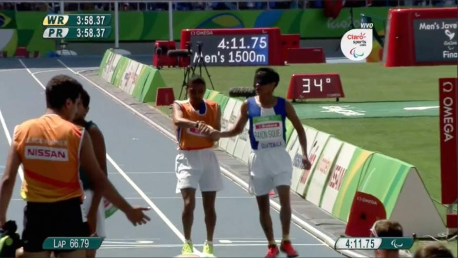 Oscar Raxón completó la carrera junto a su guía Tomás Santos. (Imagen: Captura Claro TV)