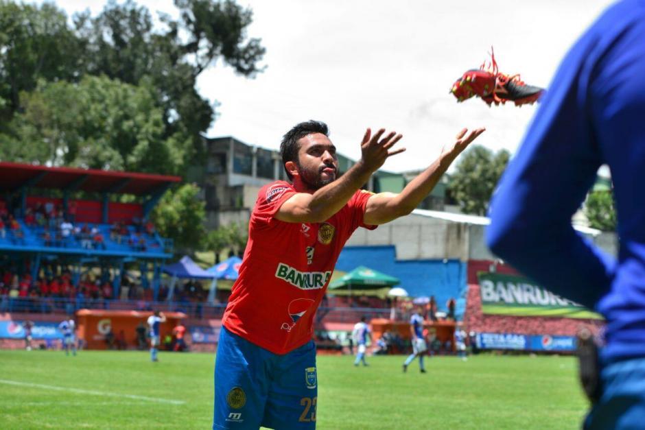 El delantero regaló dos partes de botas al público. (Foto: Wilder López/Soy502)