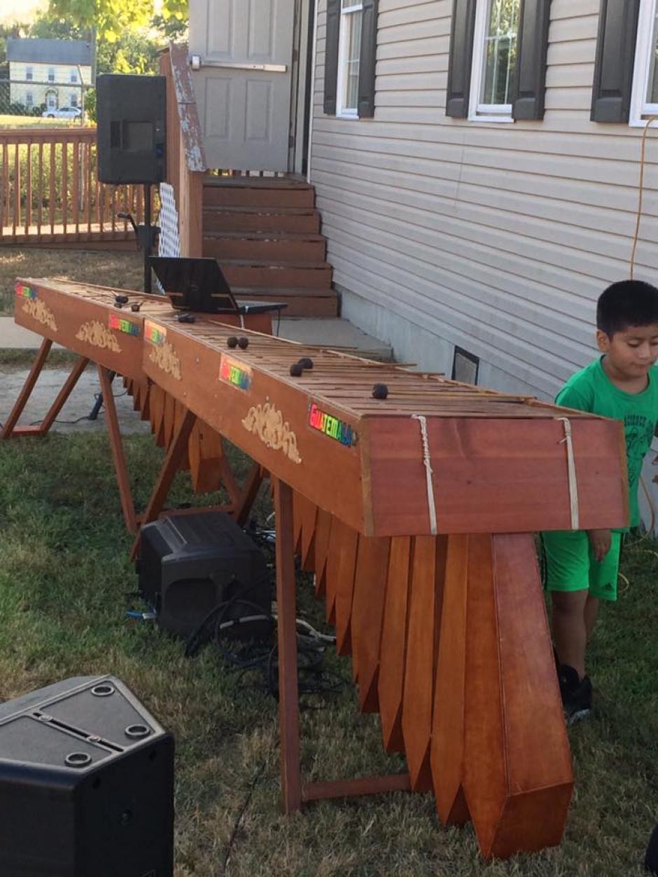 Niños y adultos disfrutan de la marimba en Georgetown, Delaware. (Foto: Diego López)