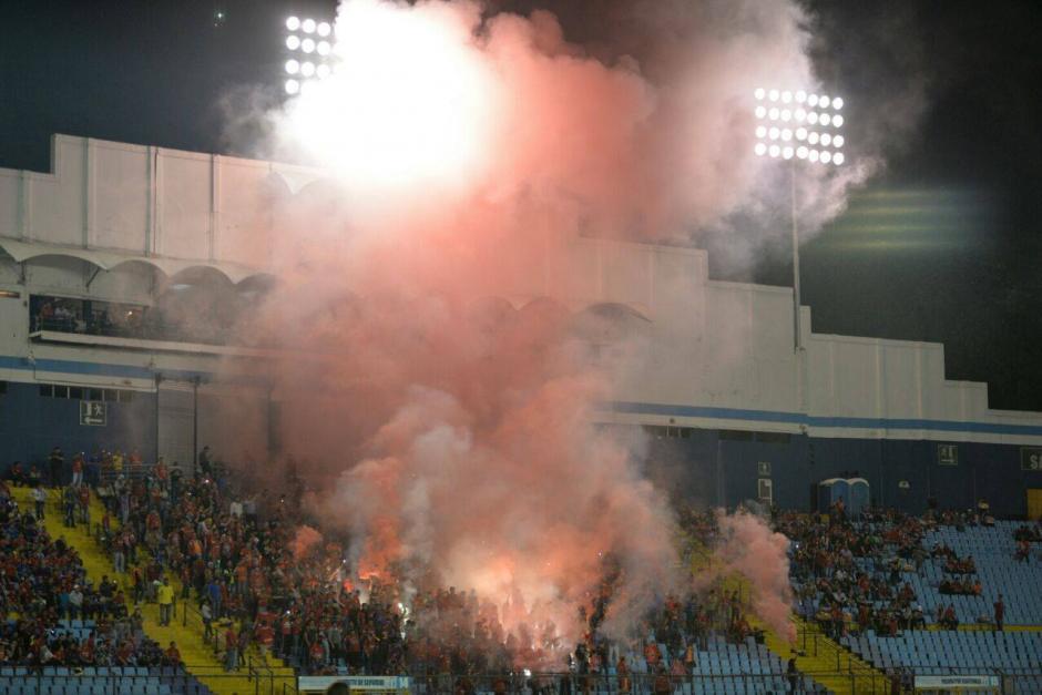 La preferencia del estadio Doroteo Guamuch Flores se llenó de humo rojo al inicio del clásico 295. (Foto: Wilder López/Soy502)