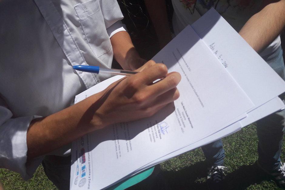 Los estudiantes firmaron un documento en donde rechazan a las autoridades. (Foto: Javier Lainfiesta/Soy502)