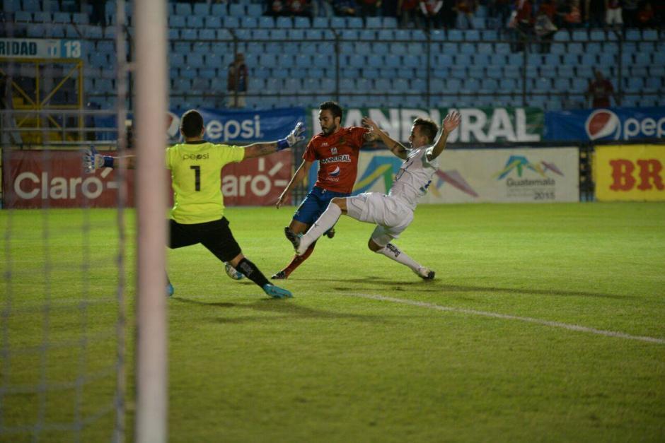 Esta fue la jugada en la que Kamiani se lesionó. (Foto: Wilder López/Soy502)