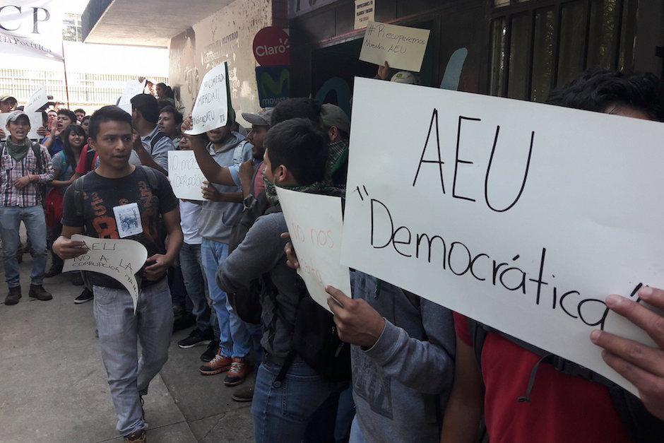 Los estudiantes de la USAC exigen una AEU democrática. (Foto: Javier Lainfiesta/Soy502)