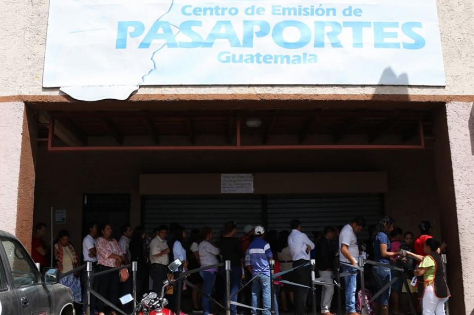 La Dirección General de Migración informó que desde ayer en la noche solucionaron el problema que no les permitía emitir pasaportes. (Foto: Alejandro Balán/Soy502)
