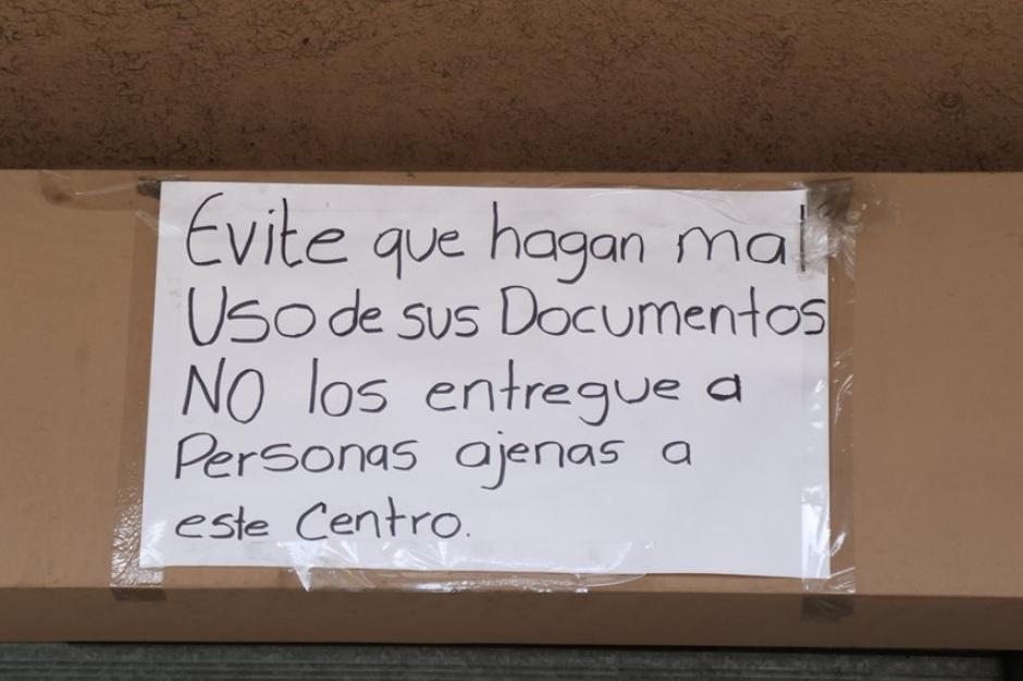 Este es uno de los avisos colocados afuera del centro de emisión. (Foto: Alejandro Balán/Soy502)