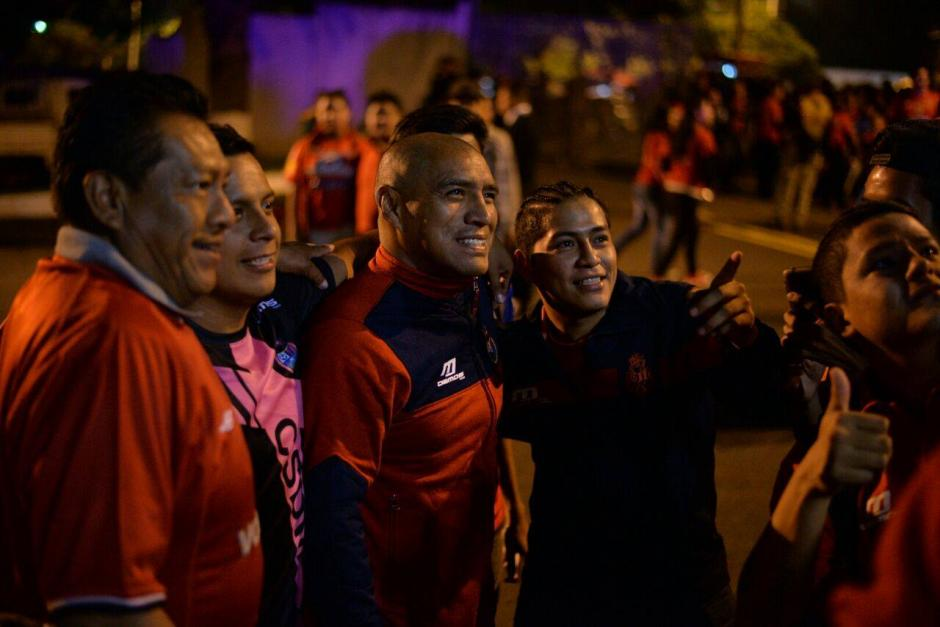 Juan Carlos Plata no le negó fotos ni autógrafos a nadie en las afueras del Doroteo Guamuch Flores. (Foto: Wilder López/Soy502)