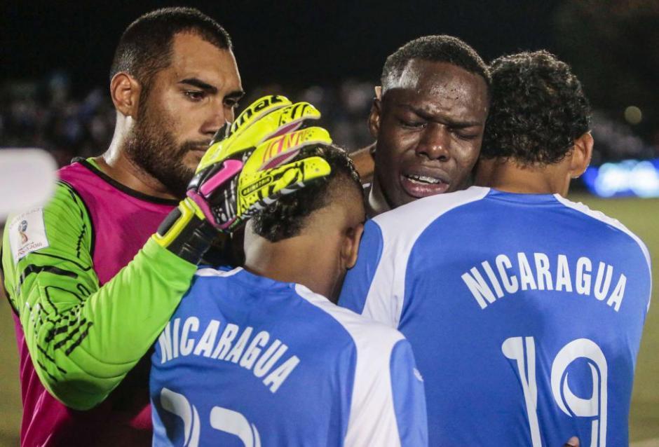 Los futbolistas de Nicaragua lloran al quedar eliminados frente a Jamaica. (Foto: EFE)