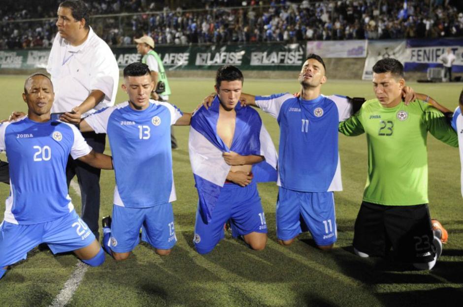Lágrimas y tristeza en la oración de los futbolistas de Nicaragua, al quedar eliminados por Jamaica. (Foto: Getty)