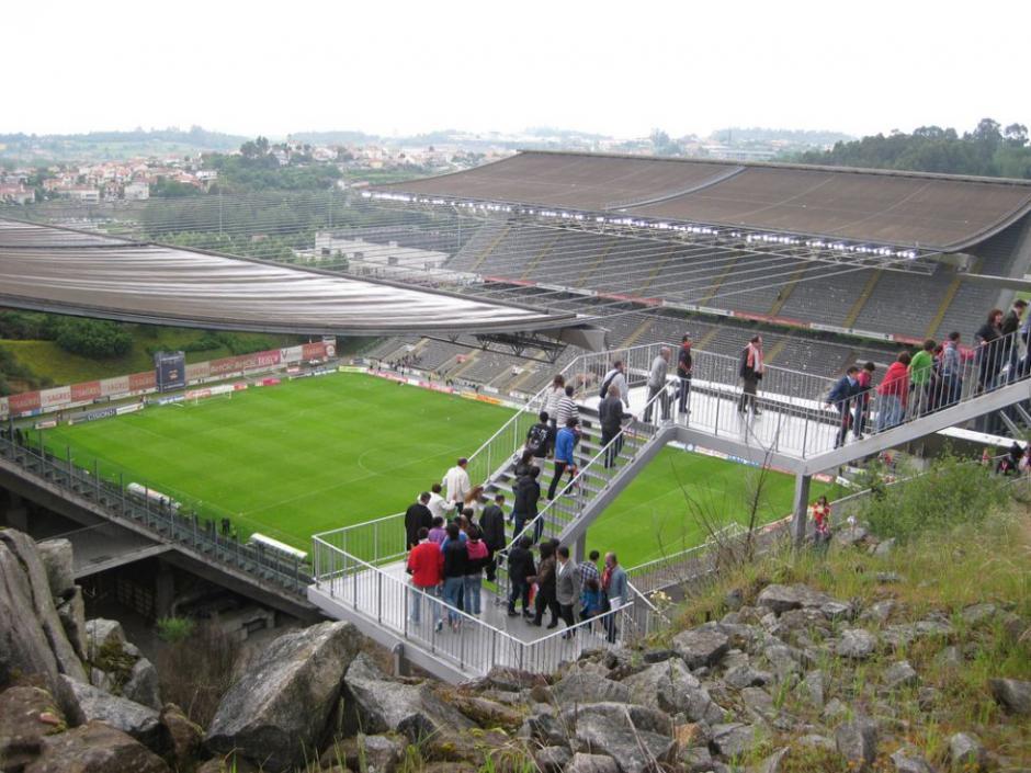 El Estadio Municipal de Braga, en Portugal fue construido para la Eurocopa de 2004. Posiblemente el campo de fútbol más raro de Europa. Su aforo es aparentemente normal: 30,000 espectadores, pero la particularidad es que sólo existen gradas laterales. En un fondo hay una vista panorámica de la ciudad y en otra una pared de la roca de la cantera. (Foto: Tomada de AS)