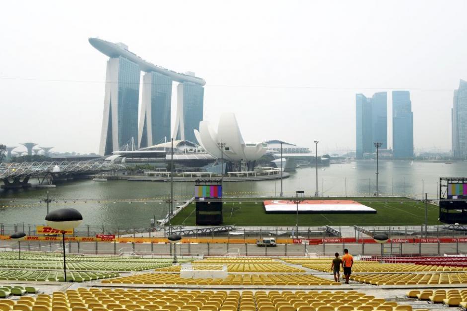 El estadio de Marina Bay en Singapur se encuentra rodeado de una bahía artificial y está capacitado para soportar 1070 toneladas de peso, un aproximado de 9,000 personas. El estadio no se usa únicamente para eventos deportivos, también hay conciertos y otro tipo de eventos. (Foto: Tomada de AS)