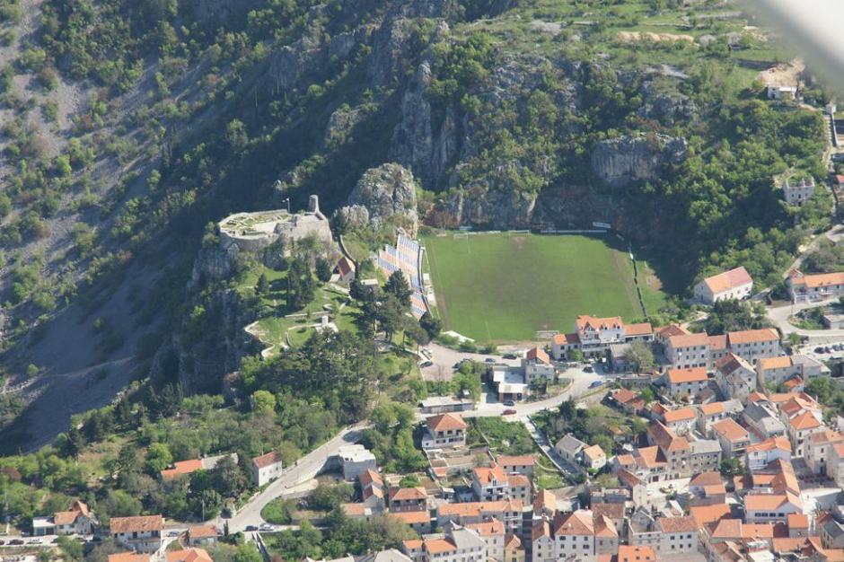El Gospin Dolac de Croacia está rodeado por montañas como se observa en la fotografía, además uno de sus laterales se encuentra cerca de un precipicio de 500 metros. Tiene capacidad para 4.000 espectadores y fue construido en 1989. (Foto: Tomada de AS)