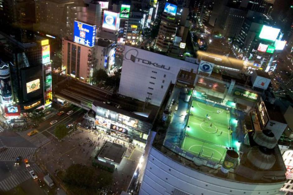 Otro estadio espectacular es el Adidas Football Stadium de Tokio situado en el último piso de uno de los edificios de la marca. (Foto: Tomada de AS)