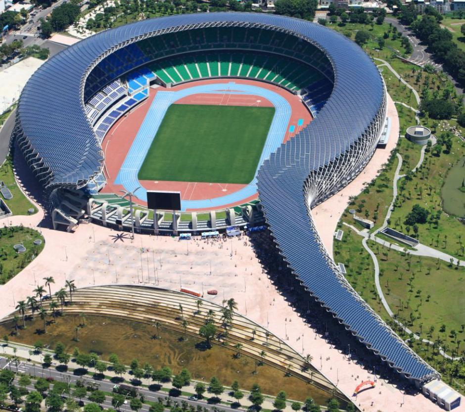 El World Games Stadium de Kaohsiung en Taiwán se construyó en el año 2009 para ser utilizado como el estadio de atletismo y rugby de los Juegos Mundiales del año 2009. Tiene una forma en semi espiral y su parte exterior está cubierta con placas solares. Estas aportan la electricidad que necesita el complejo para funcionar y es el primer estadio del mundo que utiliza la energía fotovoltaica. (Foto: Tomada de AS)