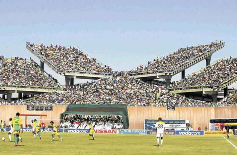 El estadio de Mmabatho en Sudáfrica es uno de los más curiosos del país debido a la organización de sus gradas. Muchas de ellas no miran hacia la zona de césped. (Foto: Tomada de AS)