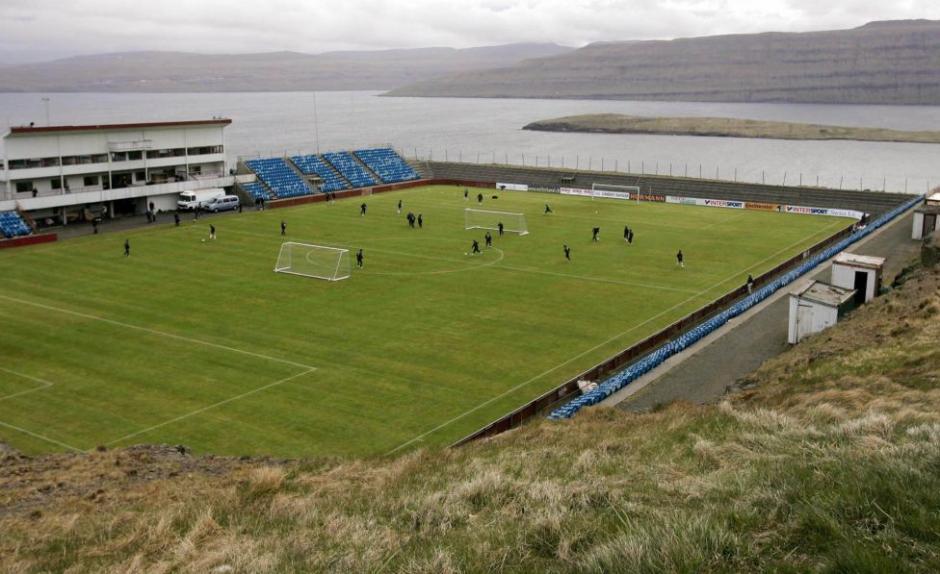 El Estadio de Toftir en las Islas Feroe se encuentra al lado del mar y de las montañas, tiene una capacidad para albergar alrededor de 1,200 personas y fue construido en el año 1962. (Foto: Tomada de AS)